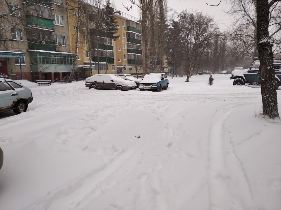 Во многих дворах снег не убран