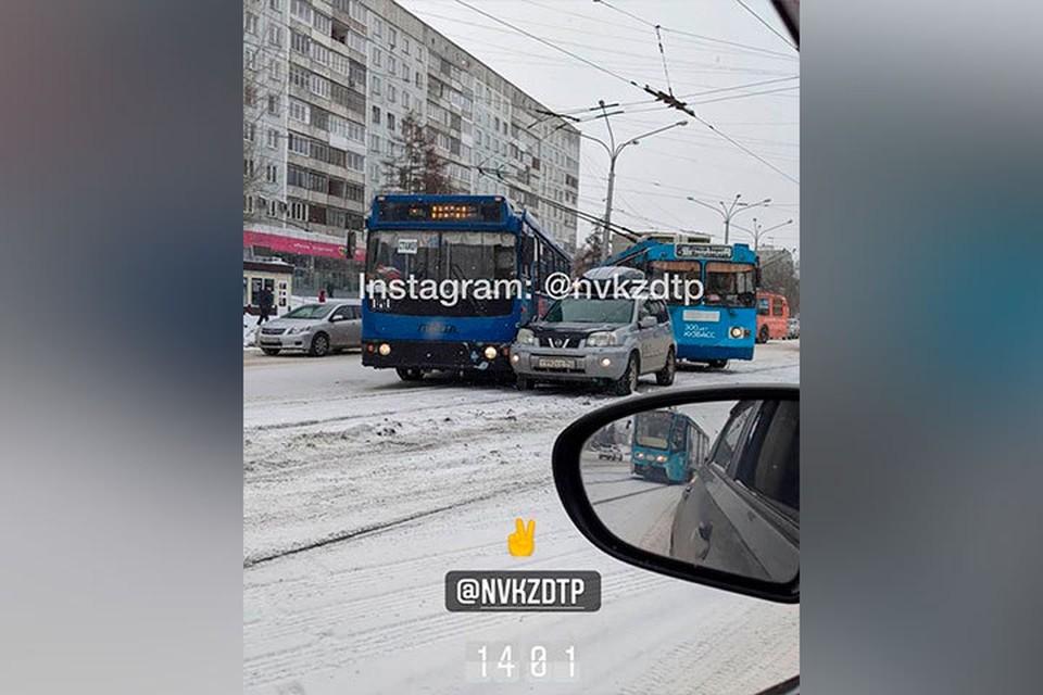 Накануне в Новокузнецке произошло тройное ДТП. Фото: ЧП ДТП НОВОКУЗНЕЦК/ Instagram
