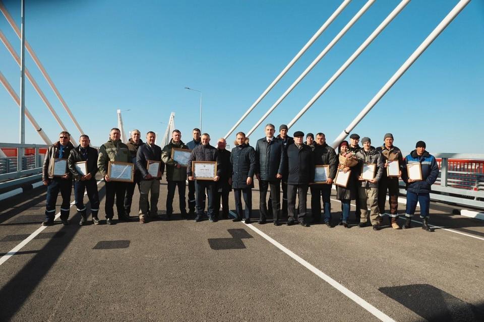 Строителей моста в прошлом году наградили грамотами. Фото: amurobl.ru