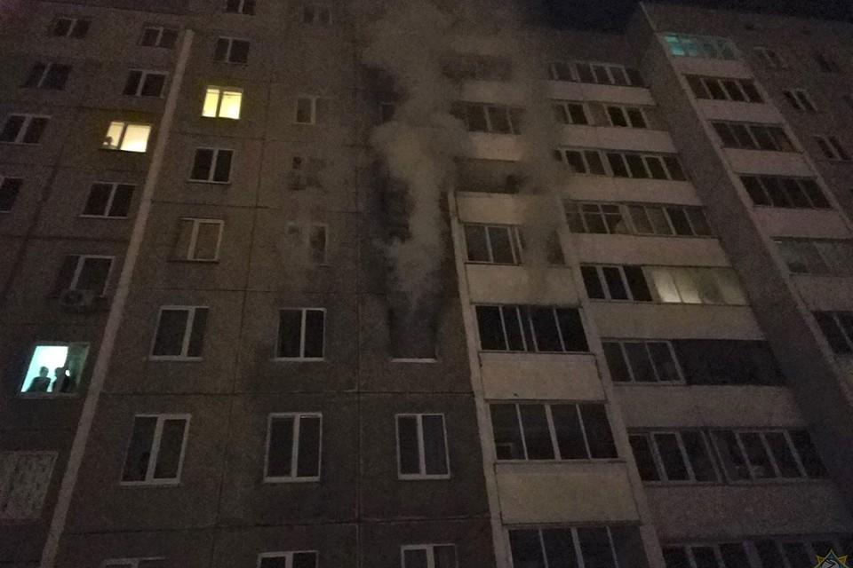 Из горящей квартиры валил дым - люди, что живут выше этажами, были в опасности. Фото: МЧС.