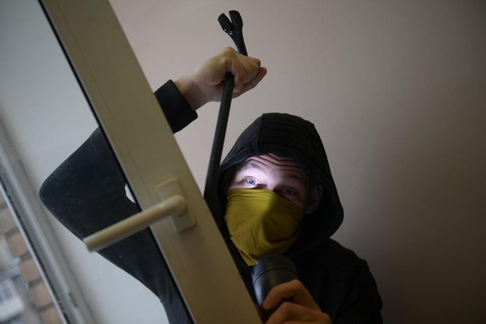 Грабитель забрался в дом, воспользовавшись отсутствием взрослых.