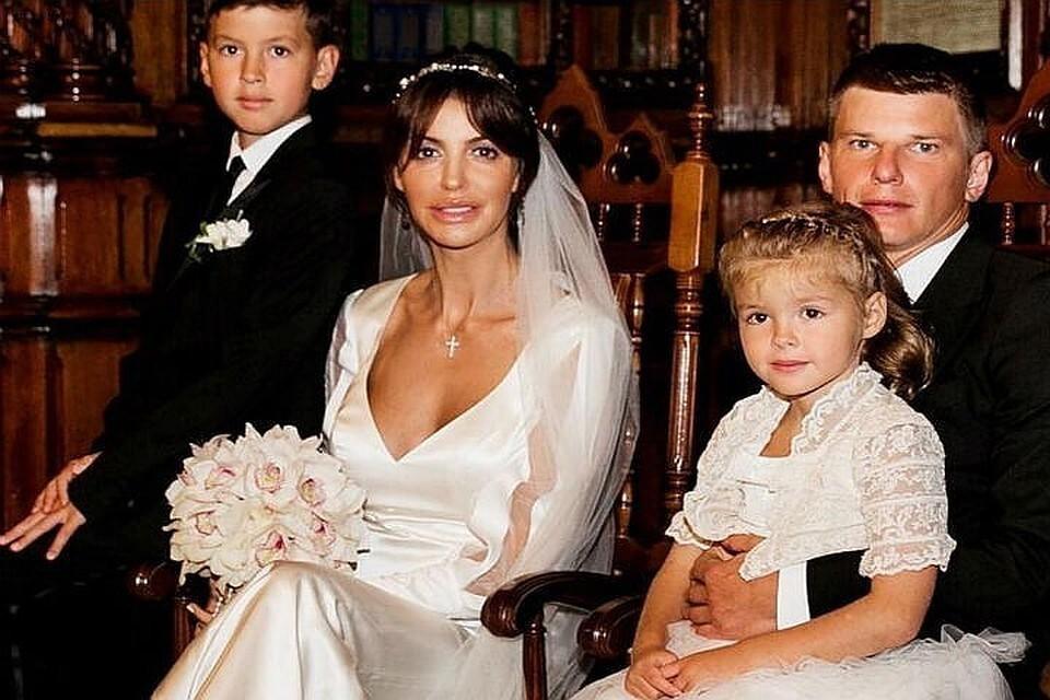 Аршавин и Казьмина поженились в 2016 году, когда Алиса была беременна их дочкой Есенией. Фото: соцсети.