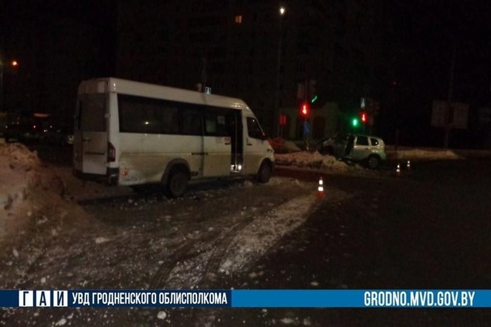 В Гродно водитель авто выехал на перекресток на красный свет и врезался в маршрутку. Фото: ГАИ УВД Гродненского облисполкома