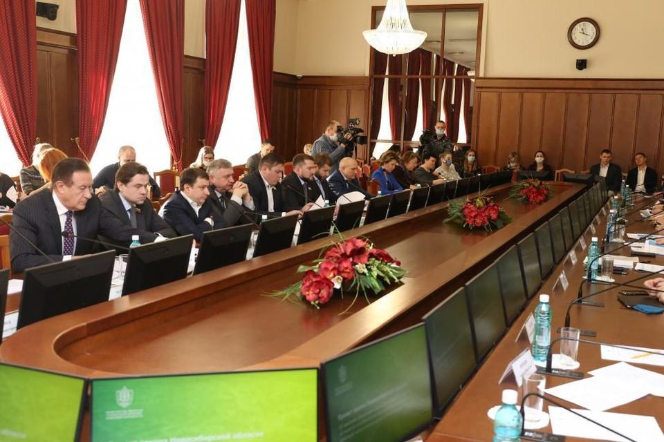Депутаты выслушали отчет о работе предприятия. Фото: Законодательное собрание Новосибирской области.