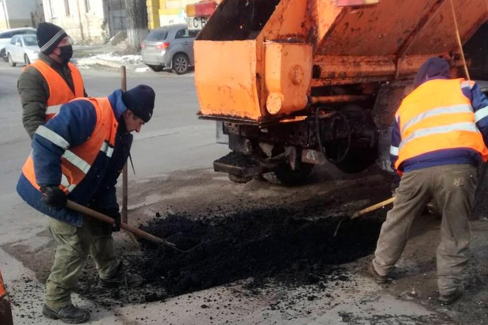 В Кишиневе проводится временный ямочный ремонт дорог с применением холодного асфальта. Фото:ionceban.md