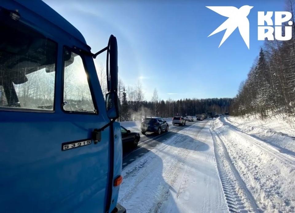 Большая пробка образовалась рядом с Ухтой на трассе из-за аварии. Фото: Аля Поздеева.