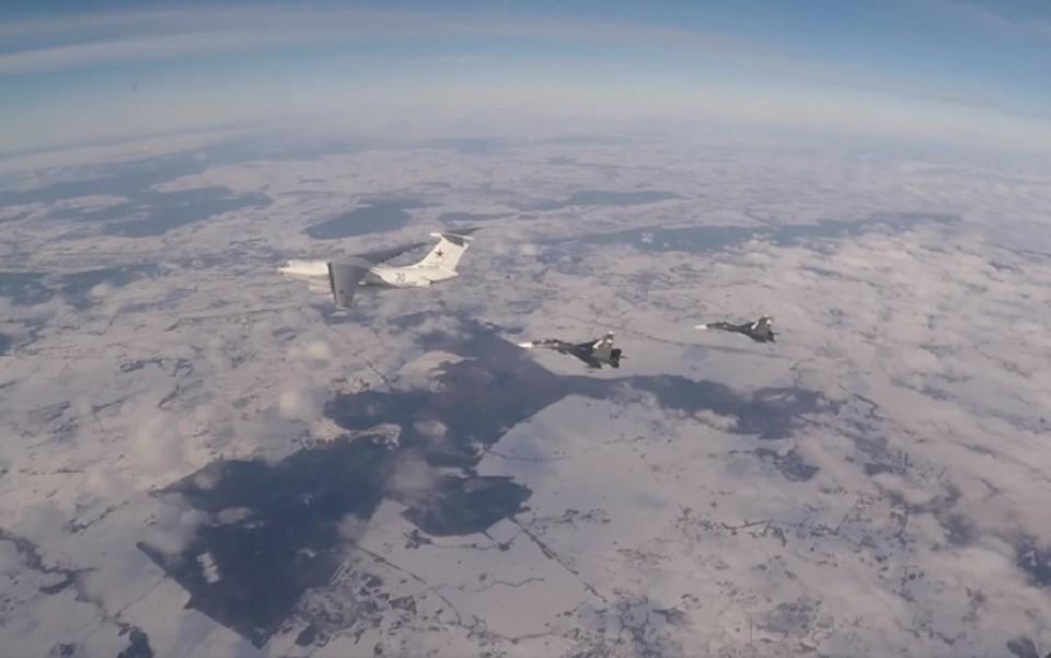 Российские суда развернули иностранные военные самолеты от границы. Фото: скриншот из видео