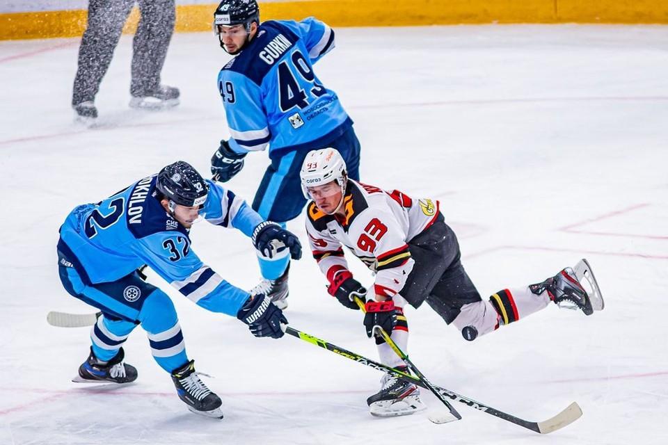 Игра закончилась со счетом 0:3 в пользу хоккеистов из Омска. Фото: https://vk.com/hcsibir1962