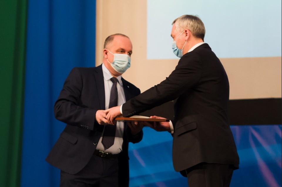 Андрей Травников наградил сибиряков за успешную работу. Фото: правительство Новосибирской области.