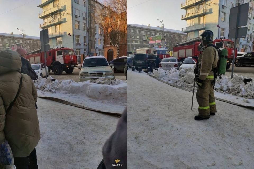 "По подсчетам очевидцев, там собралось около 10 машин МЧС. Фото: ""АСТ-54"""