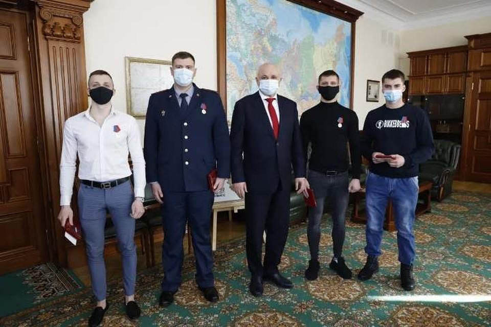 Пятеро кузбассовцев спасли из горящего дома 13 человек. ФОТО: пресс-служба АПК
