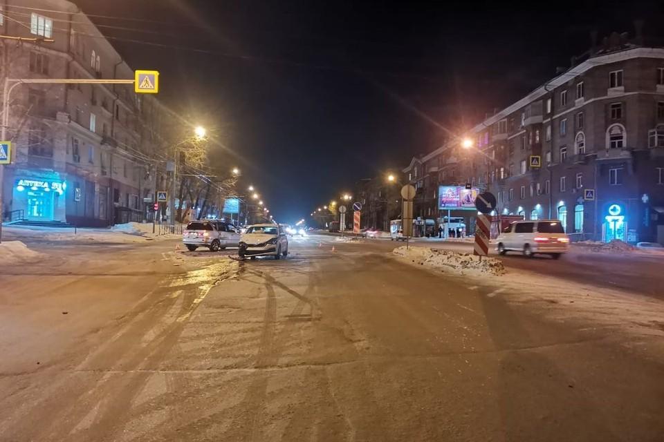 Два автомобиля столкнулись воскресным вечером. Фото: ГИБДД
