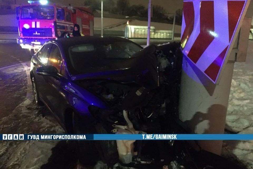 В Минске на Дзержинского водитель «Форд» врезался в осветительную мачту. Фото: телеграм-канал УГАИ ГУВД Мингорисполкома