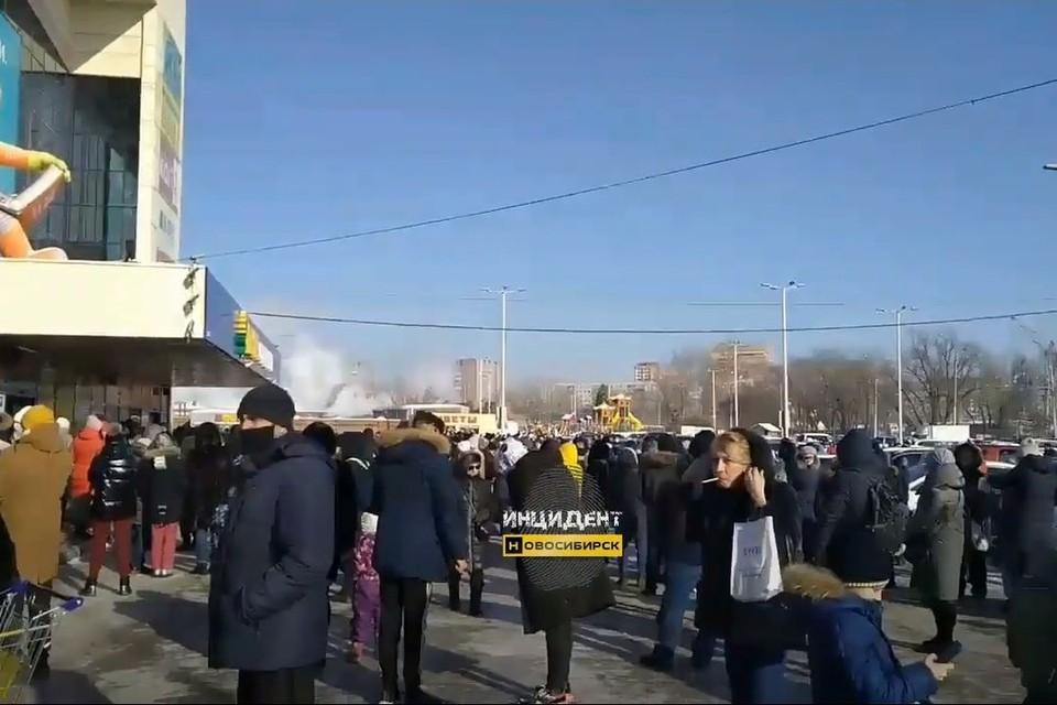 В Новосибирске эвакуировали торговый центр «Континент» на улице Троллейная в Ленинском районе. Фото: Кадр из видео