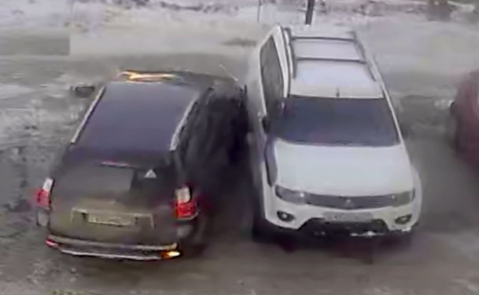 В Новосибирске мужчина на иномарке поцарапал чужое авто пока парковался. Фото: Кадр из видео