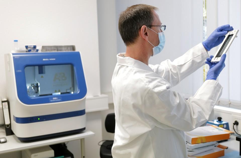 """Исследователи полагают, что """"южноафриканская"""" мутация коронавируса, равно как и """"британский"""" вариант, могут представлять большую опасность."""