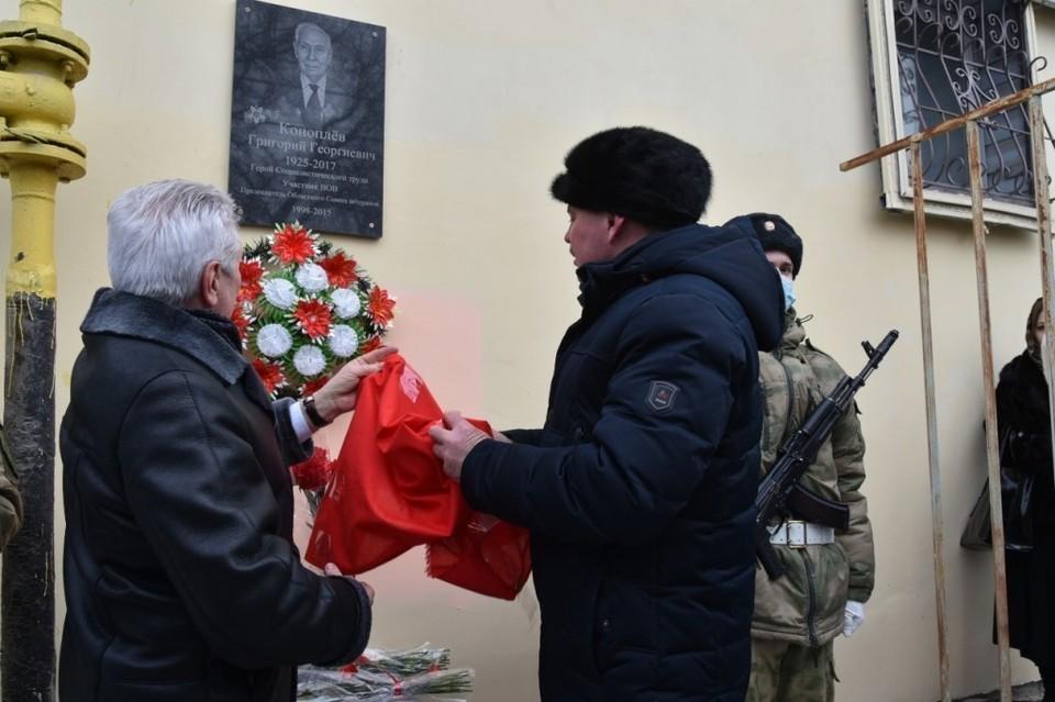 В Астрахани открыли мемориальную доску в честь участника Великой Отечественной войны Григория Коноплёва