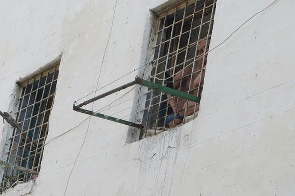 Начальник тюрьмы был арестован.