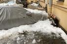 Глыбы льда, рухнувшие с крыши дома в центре Петербурга, разбили десятки припаркованных авто