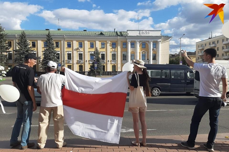Историки считают, что кампания по запрету бело-красно-белого-флага приведет к расколу общества в Беларуси.