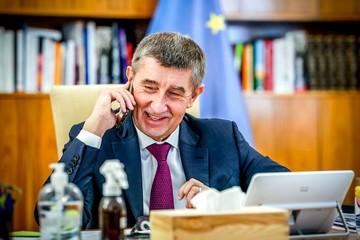 Чешский премьер оправдался за отправку жены в Дубай во время карантина