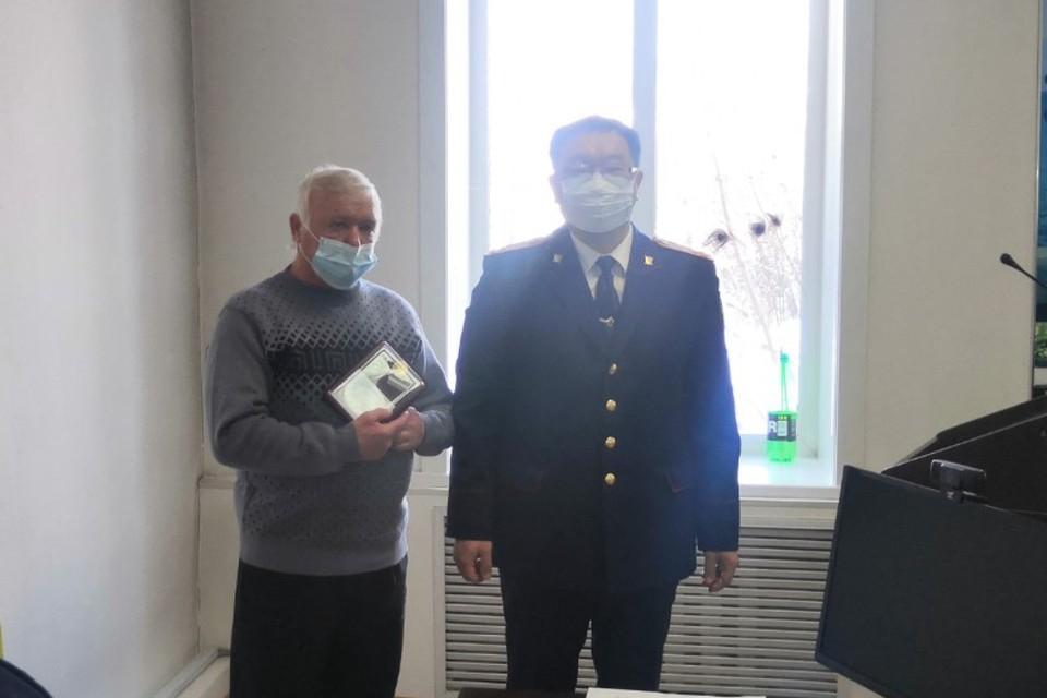 Владимир Лунев (слева) помог вычислить студента, который устроил взрыв хибары. Фото: СУ СК России по Бурятии