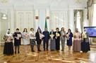 В честь 8 Марта президент Татарстана Рустам Минниханов наградил многодетных матерей и женщин-полицейских