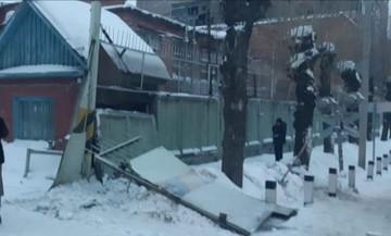 В Омске на железнодорожном переезде на прохожих обвалился бетонный забор
