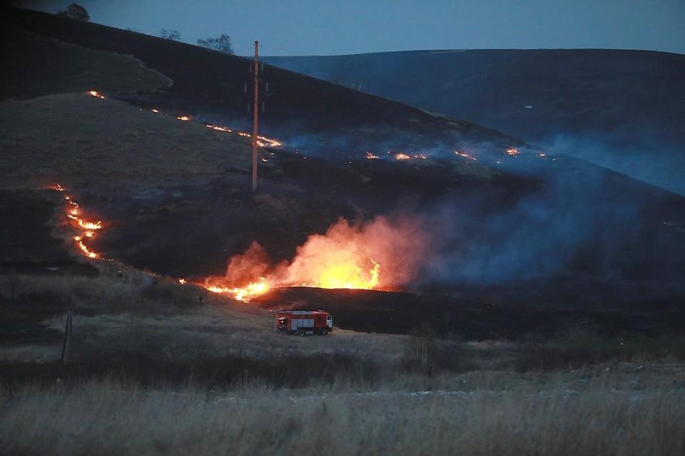 В Хакасии от степного пожара едва не загорелся поселок Шира