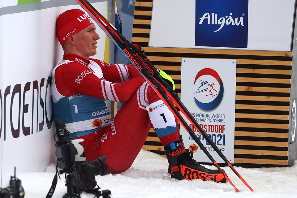 Александр Большунов посли финиша гонки на 50 км на чемпионате мира.