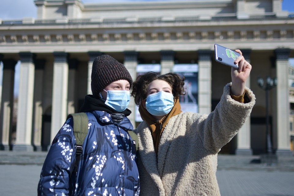 Год назад сибиряки начали носить маски, чтобы защититься от ковида.