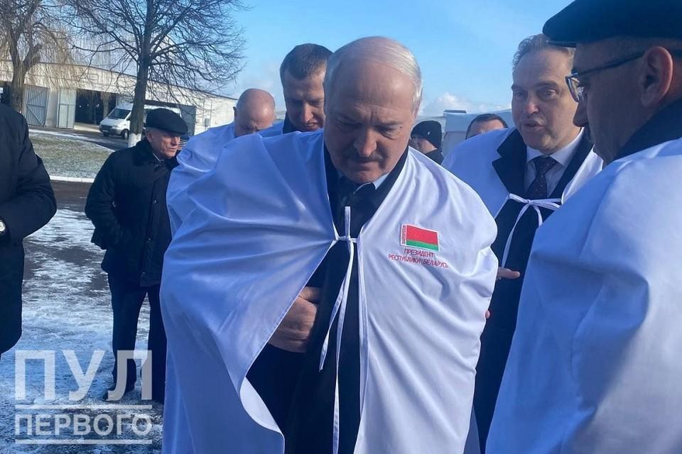 """В Гродненской командировке Лукашенко надел именной халат. Фото: телеграм-канал """"Пул Первого""""."""