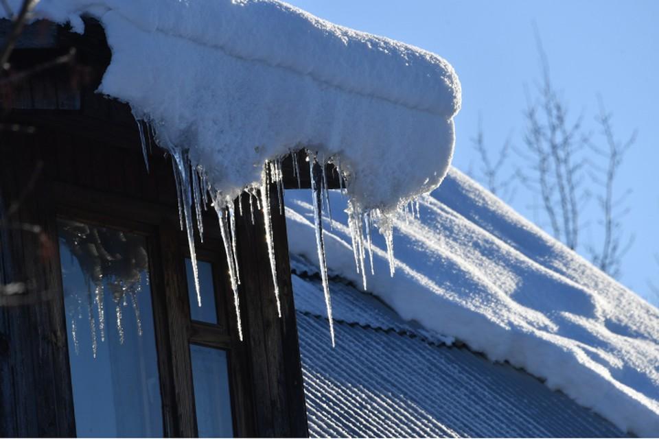 На женщину с крыши упала снежная масса.
