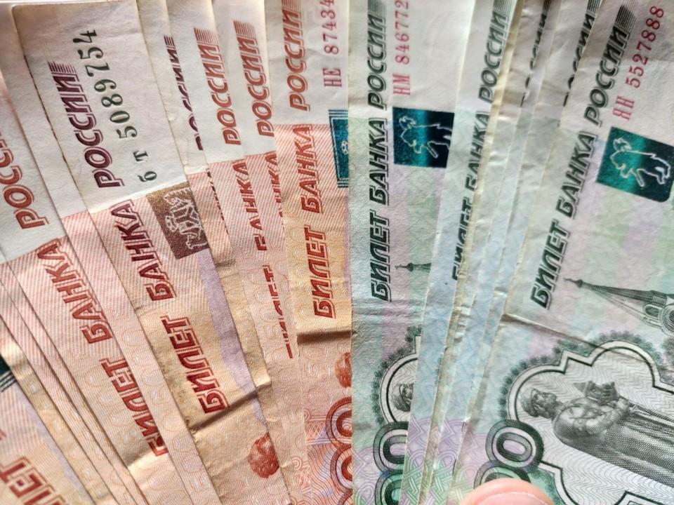Часть денег женщина перевела на свою карту, остальные мелкими суммами обналичила за несколько раз