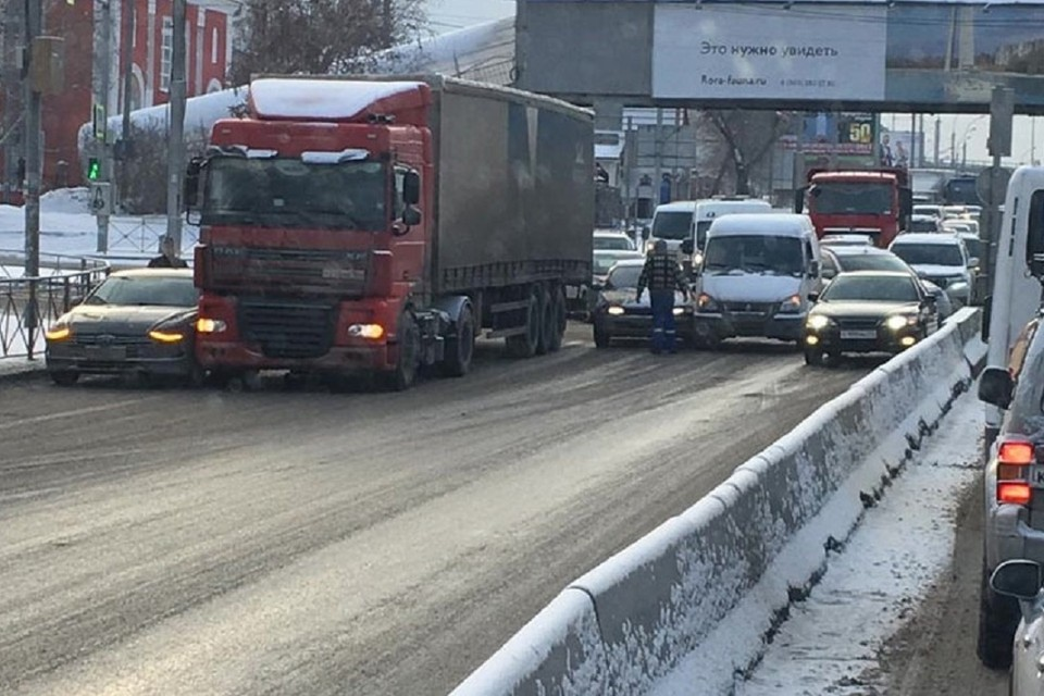 """Массовое ДТП на Бердском шоссе заблокировало движение машин. Фото: """"АСТ - 54""""."""