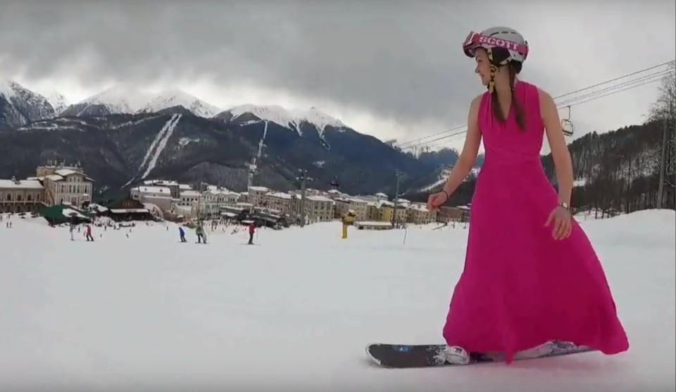 Ижевчанка Ольга Прохорова спустилась со склона в Сочи на сноуборде в вечернем платье