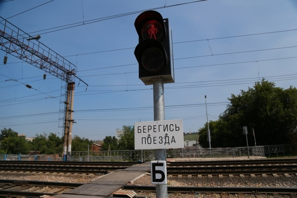 Молодой мужчина 34 лет переезжал железнодорожные пути и не услышал сигнал маневрового локомотива
