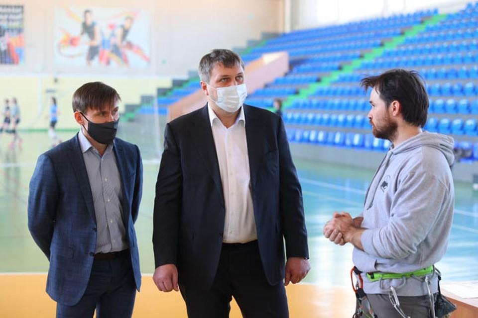 Глава города Иван Носков проверил готовность скалодрома на базе ФОКа «Ока».