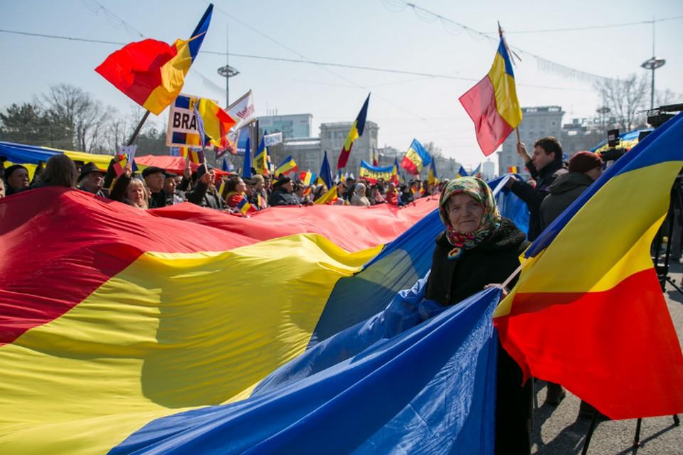 Флаг Румынии частый атрибут любого собрания в Кишиневе. Фото report.md