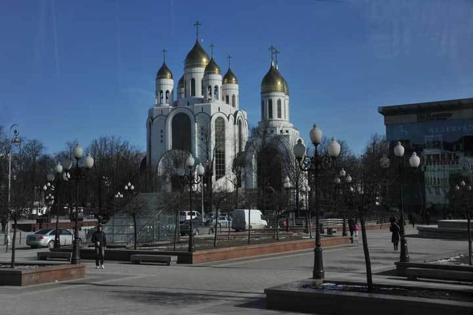 Срочники помыли обувь у главного храма Калининграда