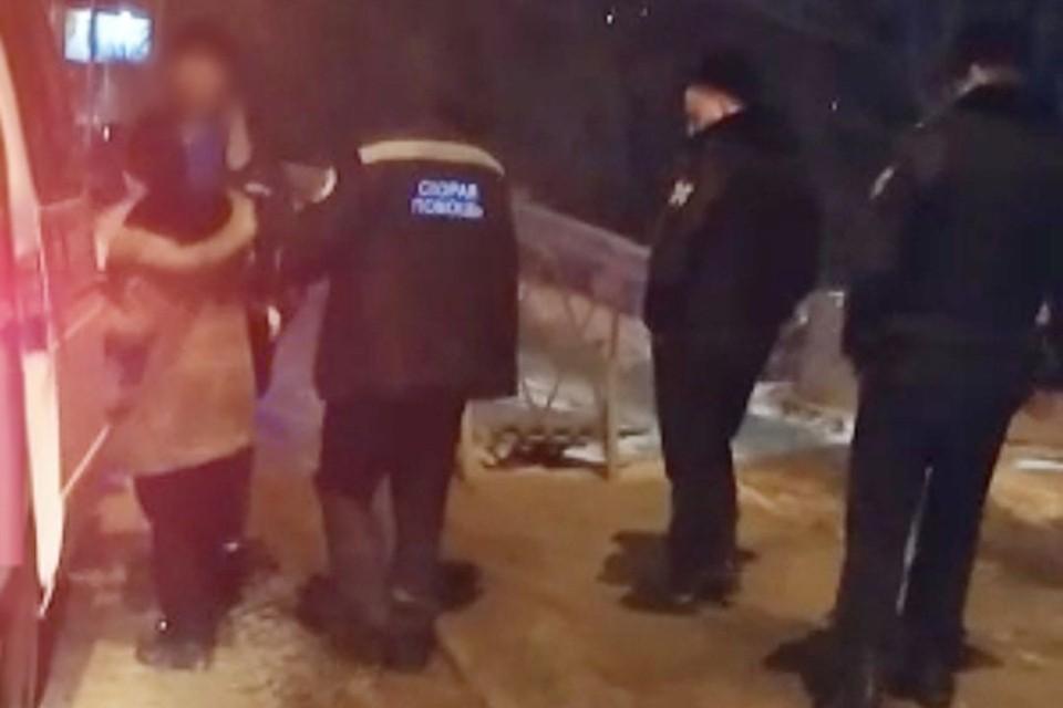 В Новосибирске спасатели помогли девушке, которую заметили на мосту автомобилисты. Фото: спасатели МАСС