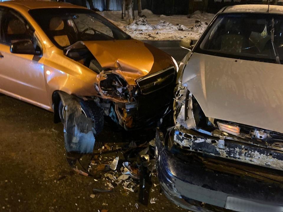 Два автомобиля столкнулись на перекрестке в Ижевске