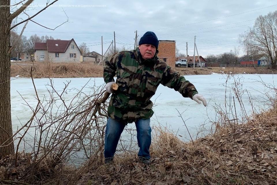 Местные жители села Замишево Новозыбковского района проявили инициативу по очистке берега озера от зарослей. Фото: группа «Дом Культуры Замишево».