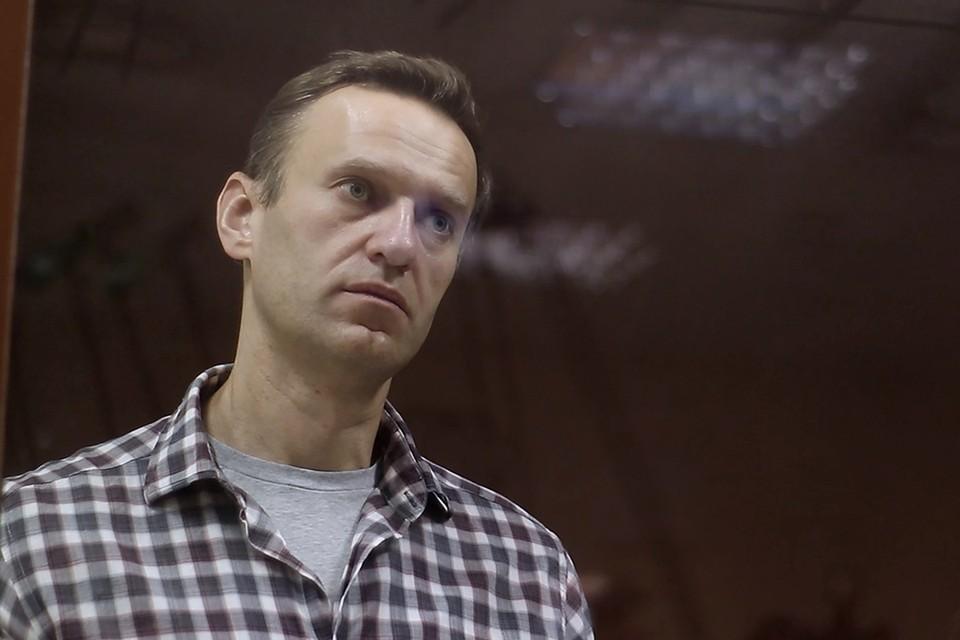 Блогер Алексей Навальный, отбывающий срок в 2,5 года (за мошенничество) в колонии города Покров Владимирской области, начал жаловаться на боли в спине и ноге. Фото: Пресс-служба Бабушкинского суда/ТАСС