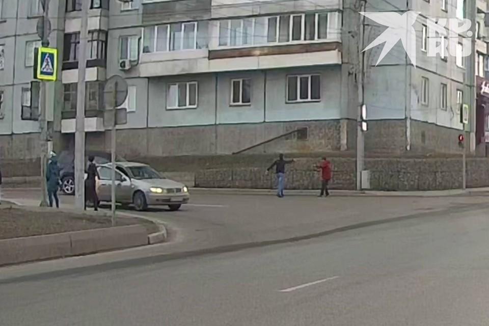 В Красноярске таксист залил глаза пешеходу из перцового баллона. Стоп-кадр видео