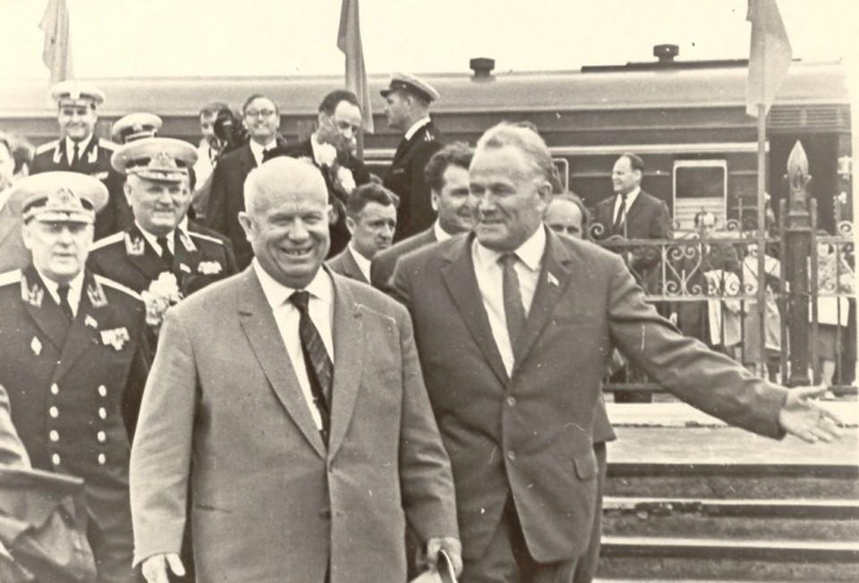 За три месяца до переворота Никита Хрущев побывал у нас в последний раз. На снимке он на вокзале в Балтийске, рядом – первый секретарь обкома Николай Коновалов.
