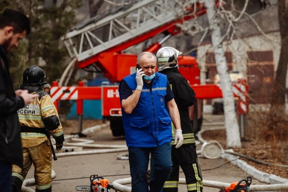 Все время, пока продолжалась операция, огонь все больше охватывал крышу больницы. Фото: amurobl.ru
