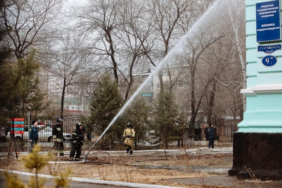 Потушить пожар удалось лишь спустя полчаса после окончания операции. Фото: amurobl.ru