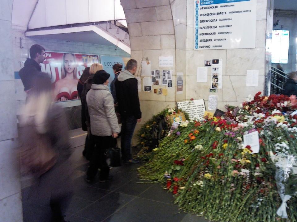 Фотографии погибших и цветы на том месте, где остановился взорванный вагон метро. Фото: Полина Андрианова