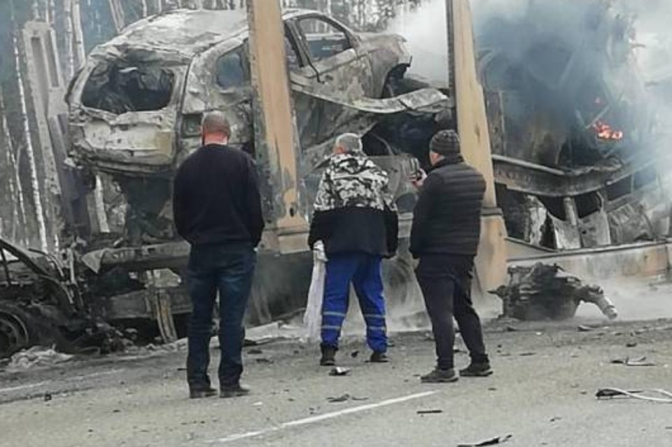 Грузовик и автовоз столкнулись и загорелись на трассе в Бурятии. Фото: ГО ЧС по Бурятии.